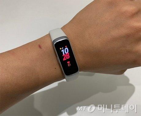 삼성 갤럭시 핏 착용 모습