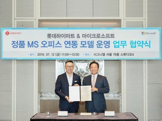 한국마이크로소프트와 롯데하이마트가 '클린 소프트웨어 정착을 위한 업무협약'을 체결하고 기념사진을 촬영하고 있다. 고순동 한국마이크로소프트 사장(오른쪽)과 이동우 롯데하이마트 대표 /사진=한국MS