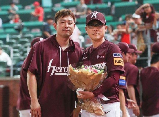김상수(왼쪽)와 장정석 감독. 장정석 감독의 손에는 200승 기념구가 있다. /사진=키움 히어로즈 제공