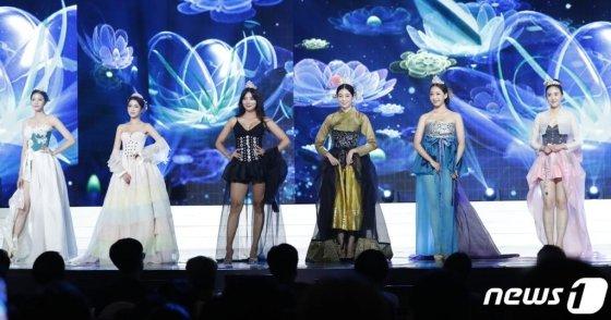 2018 미스코리아들이 11일 오후 서울 경희대 평화의 전당에서 열린 '2019미스코리아 선발대회'에서 한복 패션쇼를 선보이고 있다. /사진=뉴스1