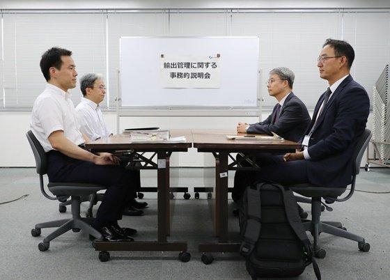 일본 측 실무진(왼쪽)과 한국 측 실무진(오른쪽)/사진제공=로이터