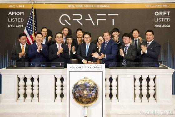 【뉴욕=NYSE·AP/뉴시스】김형식 크래프트테크놀로지스 대표(가운데)가 11일(현지시간) 미국 뉴욕증권거래소(NYSE)에서 폐장을 알리는 '클로징 벨' 행사를 진행하고 있다. 크래프트테크놀로지스는 이날 국내업체로는 처음으로 인공지수(AI) 상장지수펀드(ETF)를 NYSE에 상장했다. 사진은 NYSE가 제공한 것이다.2019.07.12