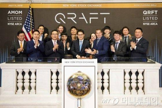 김형식 크래프트테크놀로지스 대표(가운데)가 11일(현지시간) 미국 뉴욕증권거래소(NYSE)에서 폐장을 알리는 '클로징 벨' 행사를 진행하고 있다. 크래프트테크놀로지스는 이날 국내업체로는 처음으로 인공지수(AI) 상장지수펀드(ETF)를 NYSE에 상장했다. 사진은 NYSE가 제공한 것이다./ 사진=NYSE·AP/뉴시스
