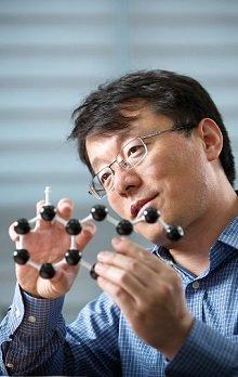 [사진1] 펑딩 IBS 다차원 탄소재료 연구단 그룹리더(UNIST 특훈교수)/사진=IBS