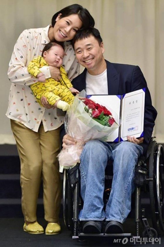 2014년 강원래, 김송 부부가 아들 강선 군과 함께 첫 공식석상에 함께 한 모습./사진제공=서울베이비페어