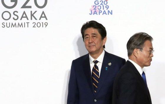 문재인 대통령이 지난달 28일 오전 인텍스 오사카에서 열린 G20 정상회의 공식환영식에서 의장국인 일본 아베 신조 총리와 악수한 뒤 행사장으로 향하고 있다. /사진=뉴시스