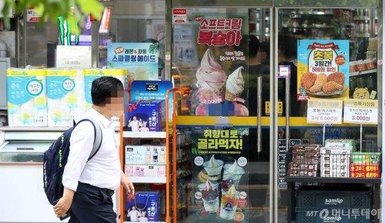 【서울=뉴시스】추상철 기자 =내년 최저임금이 올해보다 2.9% 오른 시간당 8590원으로 확정된 가운데 편의점 가맹점주들은 인건비 부담을 호소하고 있다.  12일 오후 서울의 한 편의점. 2019.07.12.    scchoo@newsis.com