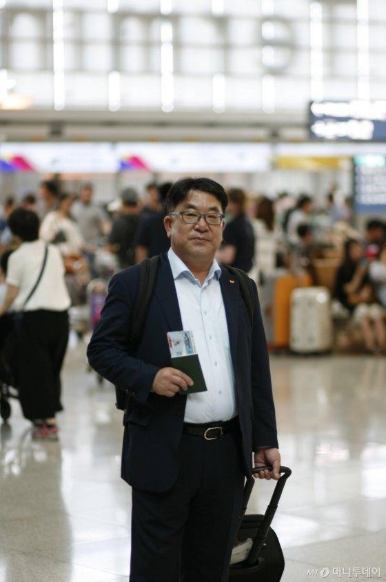 SK하이닉스 대외협력총괄 김동섭 사장이 협력사와 원자재 수급 관련 협의를 위해 16일 오후 인천국제공항을 통해 일본으로 출국하고 있다/사진제공=SK하이닉스