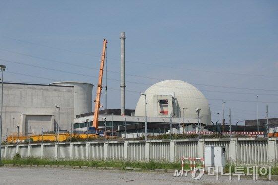 독일 헤센주 비블리스에 위치한 비블리스원전 전경. 2011년 일본 후쿠시마 원전 사고의 여파로 가동을 멈춘 이 원전은 2017년 독일 정부로부터 해체 인가를 받고 해체작업이 진행 중이다./사진=유영호 기자 yhryu@