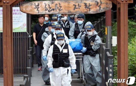 경찰이 지난 16일 오후 서울 서대문구 홍은동의 한 야산에서 정 전 의원의 시신을 운구하고 있다./사진=뉴스1