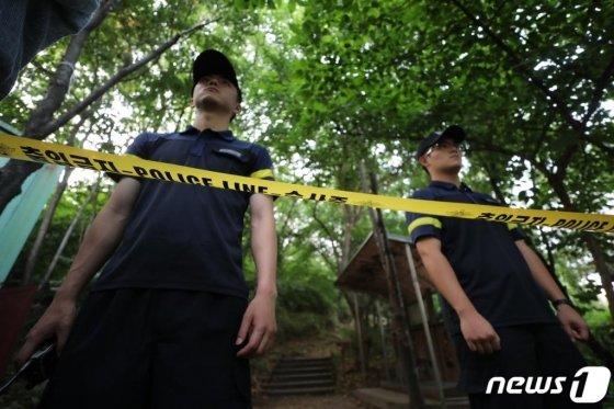 경찰이 지난 16일 오후 정 전 의원이 사망한 자택 인근 공원 주변에 폴리스라인을 치고 출입을 통제하고 있다./사진=뉴스1