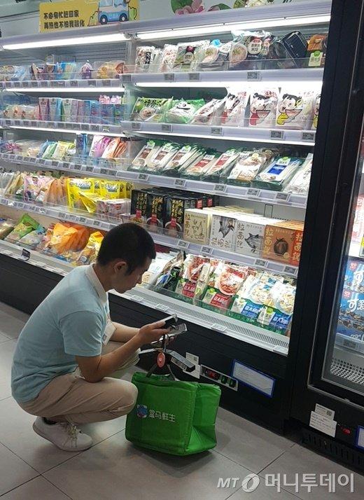 중국 상하이 盒马鮮生杨高南店(허마셴셩 양고난점)에서 직원이 온라인 주문된 풀무원  제품을 골라 배송 준비를 하고 있다.