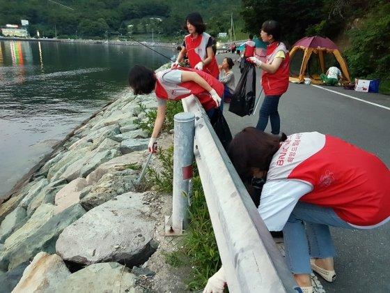 경남은행은 해양쓰레기로 골치를 앓고 있는 지역민들을 위해 해안가에서 해양쓰레기를 줍는 '비치코밍'활동을 하고 있다./사진제공=경남은행