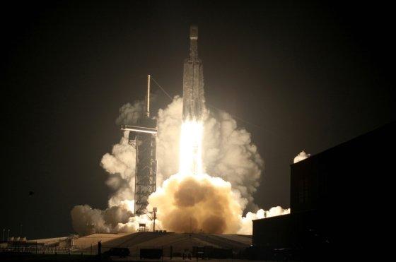 미 민간 우주탐사업체 스페이스X의 팰컨헤비 로켓이 지난달 25일 플로리다주 올랜도 케네디 스페이스 센터에서 발사 중인 모습. /사진=로이터.
