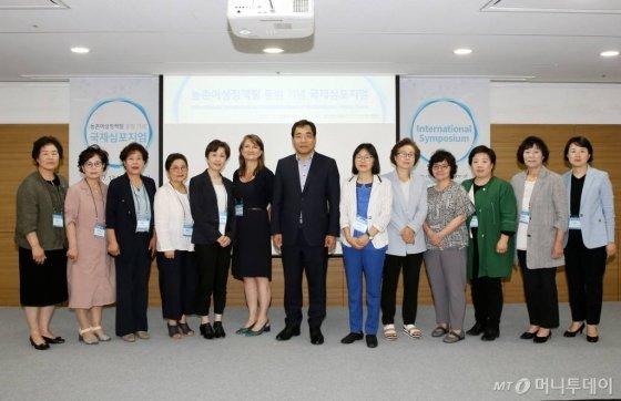 17일 서울 양재동 aT센터에서 농식품부 주관으로 열린 국제학술토론회에서 오병석 차관보가 참석자들과 기념사진을 찍고 있다./사진=농식품부