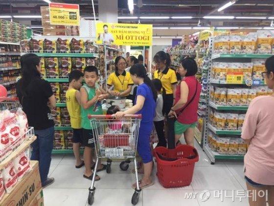 베트남 하노이 시내 한 마트에 마련된 오뚜기 제품 시식 코너에서 사람들이 제품을 맛보고 있다. / 사진제공=오뚜기