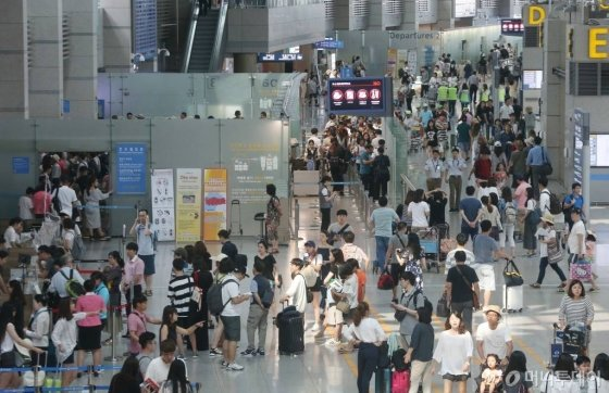 휴가철 해외여행을 나서는 인원으로 붐비는 인천공항의 모습. /사진=머니투데이DB