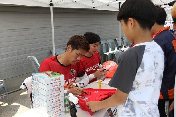 설기현(왼쪽)과 송종국이 팬들에게 사인을 해주고 있다, /사진=H ENT