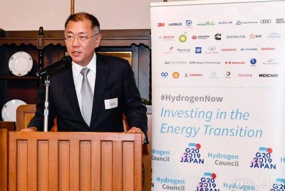 정의선 현대자동차그룹 수석부회장이 일본 나가노현 가루이자와에서 열린 G20 에너지환경장관회의와 연계해 지난 14일 수소위원회가 주최한 만찬에서 환영사를 하고 있다. /사진제공=현대·기아차