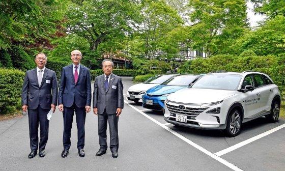 정의선 현대자동차그룹 수석부회장이 일본 나가노縣(현) 가루이자와에서 열린 G20 에너지환경장관회의와 연계해 지난 14일 수소위원회가 주최한 행사에 참석한 CEO들과 기념촬영을 각사의 차량 앞에서 기념촬영을 하고 있다. 왼쪽부터 정 수석부회장, 베누아 포티에 에어리퀴드 회장, 우치야마다 다케시 도요타 회장. /사진제공=현대기아자동차