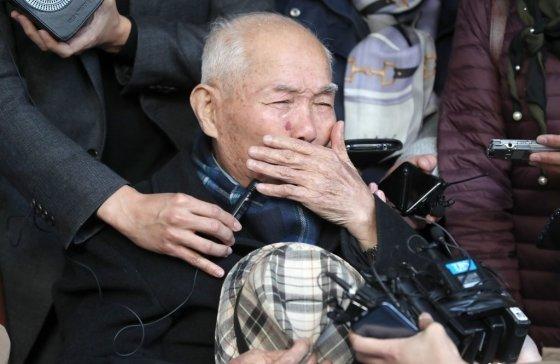 강제징용 피해자 이춘식 씨가 30일 오후 서울 서초구 대법원에서 열린 일제강제동원 피해자들의 신일철주금에 대한 손해배상 청구소송 재상고심 판결에 참석, 선고를 마친 후 법원을 나와 기자회견을 하며 눈물을 흘리고 있다. 대법원은 일본 기업이 강제징용 피해자에 1억원을 배상해야 한다고 판결했다./사진=뉴스1