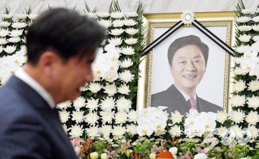 17일 오후 서울 서대문구 신촌 세브란스병원 장례식장에 마련된 고 정두언 전 의원 빈소를 찾은 조문객이 조문하고 있다. /사진=김창현 기자