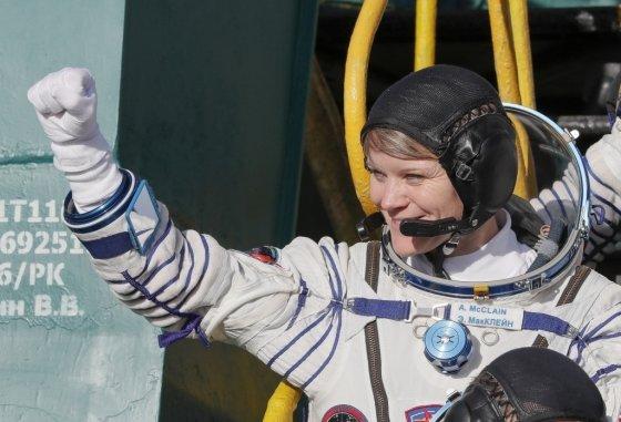 NASA 달 탐사 계획 '아르테미스'에서 달에 착륙할 최초 여성 우주인으로 선정될 유력 후보로 꼽히는 앤 매클레인(Anne McClain). /사진=AFP<br>