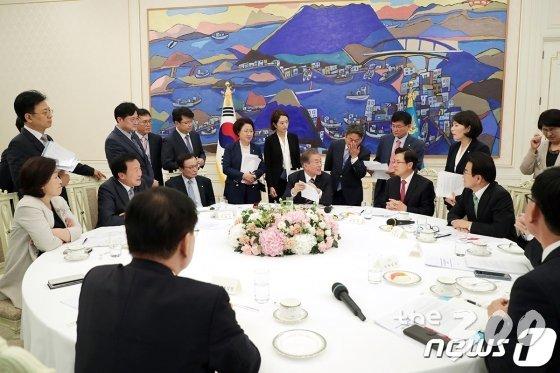 문재인 대통령과 각 정당 대표를 비롯한 대변인들이 18일 오후 청와대 본관 인왕실에서 합의문에 대해 논의하고 있다. (청와대 제공) /사진=뉴스1