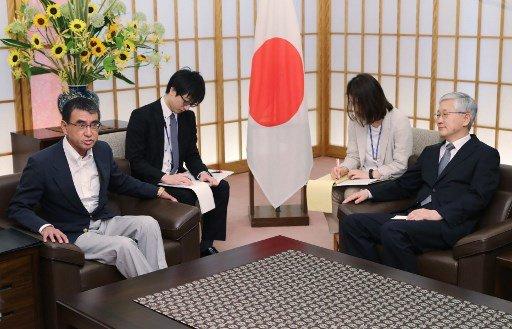 고노 다로 일본 외무상(왼쪽)과 남관표 주일 한국대사(오른쪽)/사진=AFP