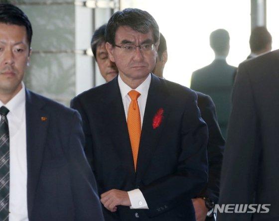 【도쿄=AP/뉴시스】고노 다로 일본 외무상이 2일 도쿄 총리관저에 도착하고 있다. 아베 신조 총리는 이날 개각을 단행했다. 2018.10. 02