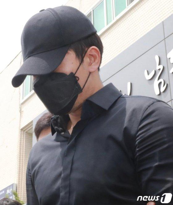 인천 도심 한복판에서 수차례 음란행위를 한 혐의로 입건된 인천 전자랜드 정병국 선수(35)가 지난 19일 영장실질심사를 받기위해 인천 남동경찰서를 나서고 있다./사진=뉴스1