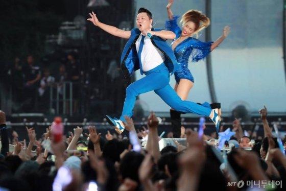 가수 싸이가 '2018 흠뻑쇼' 콘서트에서 공연하고 있다./사진= 머니투데이DB