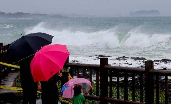 제5호 태풍 '다나스(DANAS)'가 북상 중인 가운데 19일 제주 서귀포시 예래동 해안가에서 한 가족이 거칠어진 바다를 바라보고 있다./사진=뉴시스