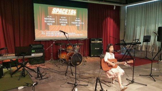 7월 13일(토) 영종 '스페이스184'에서 열린 M터치 주관 3대 가요제 예선랠리 중 청소년가요제에서 김서하(여자솔로/ 인천 영종 하늘초 4학년) 학생이 건반 및 기타 연주와 함께 노래를 불러 박수갈채를 받았다/사진제공=M터치