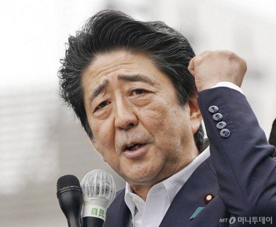 아베 신조 일본 총리가 지난 7일 도쿄에서 21일 치르는 참의원 선거 지원유세를 하고 있다.   /도쿄(일본) AP=뉴스1 / 사진제공=뉴시스
