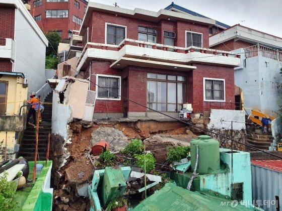 부산지역에 호우·강풍특보가 발령된 20일 오후 부산 영도구의 한 주택 마당이 무너졌다.   /사진=뉴시스