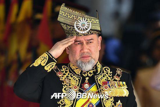 지난해 7월 17일 말레이시아 국왕 술탄 무하마드 5세가 쿠알라룸푸르 의회 개회식에서 국왕 수비대의를 사열하는 모습 /AFPBBNews=뉴스1