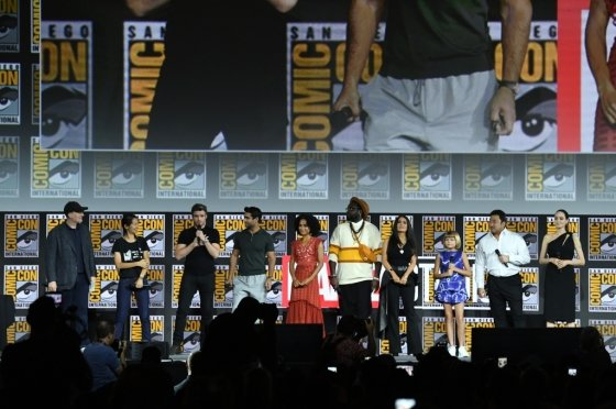 20일(현지시간) 미국 캘리포니아 샌디에고 컨벤션센터에서 열린 2019 코믹콘에서 마블 영화 출연진들이 이야기를 하고 있다. 배우 테사 톰슨, 크리스 헴스워스, 안젤리나 졸리, 나탈리 포트먼, 마동석 등이 무대에 올랐다. /사진=AFP