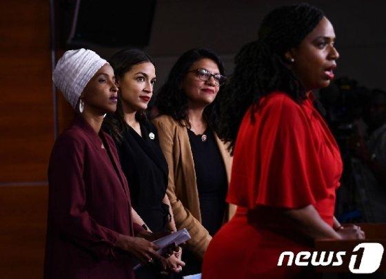 도널드 트럼프 대통령의 인종차별적 트윗 표적이 된 아이아나 프레슬리 등 미국 민주당 유색 여성 하원의원 4명이 지난 15일(현지시간) 워싱턴 의사당에서 기자회견을 하고 있다. © AFP=뉴스1