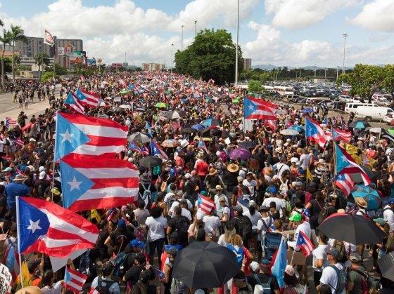 푸에르토리코 수도 산후안에서 수십만명의 시민이 시위에 참여해 리카르도 로세요 주지사의 사임을 요구했다. /사진=로이터
