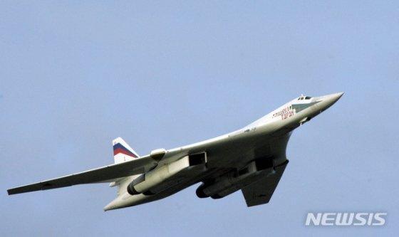 【무르만스크=AP/뉴시스】러시아가 베네수엘라와의 합동 군사훈련을 위해 10일(현지시간) 전략폭격기 2대를 비롯한 군용기들을 베네수엘라 수도 카라카스 인근에 배치했다. 사진은 지난 2005년 8월 블라디미르 푸틴 러시아 대통령이 탑승했던 TU-160 폭격기. 2018.12.11.