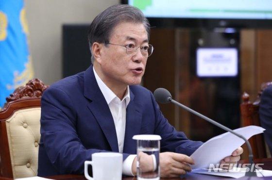 【서울=뉴시스】 문재인 대통령이 지난 22일 청와대 여민관에서 수석 비서관·보좌관 회의를 주재하고 있다.