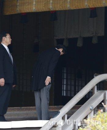 아베 총리의 야스쿠니 신사(일본 전역서 가장 규모가 큰 신사) 참배.  호국신사이자 황국신사로서 제2차 세계대전 당시 전쟁에서 사망한 자들의 영령을 위해 제사를 지내는 것이다./사진=머니투데이db