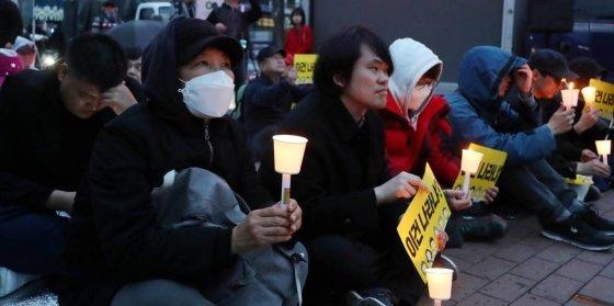 전대협 회원들이 지난 4월6일 오후 서울 종로구 마로니에공원 앞에서 '김정은 북한 국무위원장과 문재인 정부를 비판하는 내용을 담은 대자보에 대해 경찰의 내사 착수'를 규탄하는 촛불집회를 하고 있다./사진=뉴시스