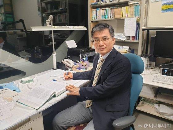 국중호 요코하마시립대 교수가 25일 일본 요코하마에 위치한 요코하마시립대 연구실에서 인터뷰를 마친 뒤 사진 촬영을 하고 있다. /사진=권혜민 기자