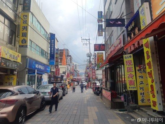 중앙의 도로를 사이에 두고 왼쪽은 성남 구시가지 '수진1' 재개발사업구역, 오른쪽은 구역 외 상업지역이다. /사진=김희정 기자 dontsigh@mt.co.kr