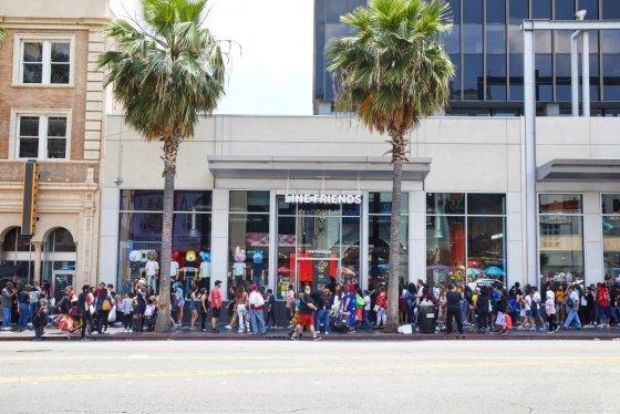 지난 6월15일(현지시간) 미국 LA 할리우드에 문을 연 라인프렌즈 스토어. 개장 전부터 고객들이 줄지어 기다리고 있다./사진=라인프렌즈