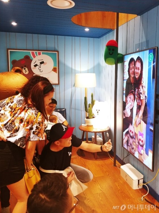 28일 라인프렌즈 이태원점을 찾은 말레이시아 관광객 킴 하우(32)가 가족들과 브라운,초코가 나오는 AR포토존에서 사진을 찍고 있다. /사진=김지영 기자