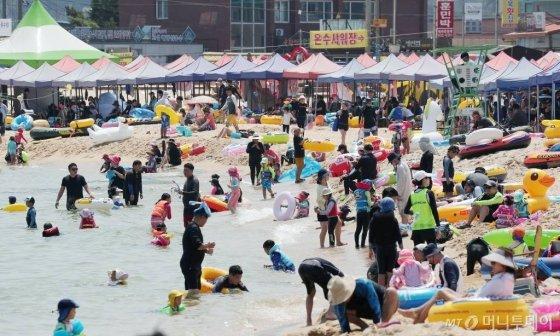 지난 3일 오후 강원도 고성군 송지호 해수욕장을 찾은 피서객들이 물놀이를 즐기며 더위를 식히고 있다. /사진= 머니투데이