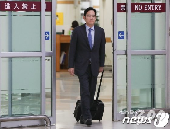 (서울=뉴스1) 허경 기자 = 이재용 삼성전자 부회장이 일본 출장을 마치고 12일 서울 강서구 김포국제공항에 도착하고 있다. 2019.7.12/뉴스1  <저작권자 &#169; 뉴스1코리아, 무단전재 및 재배포 금지>